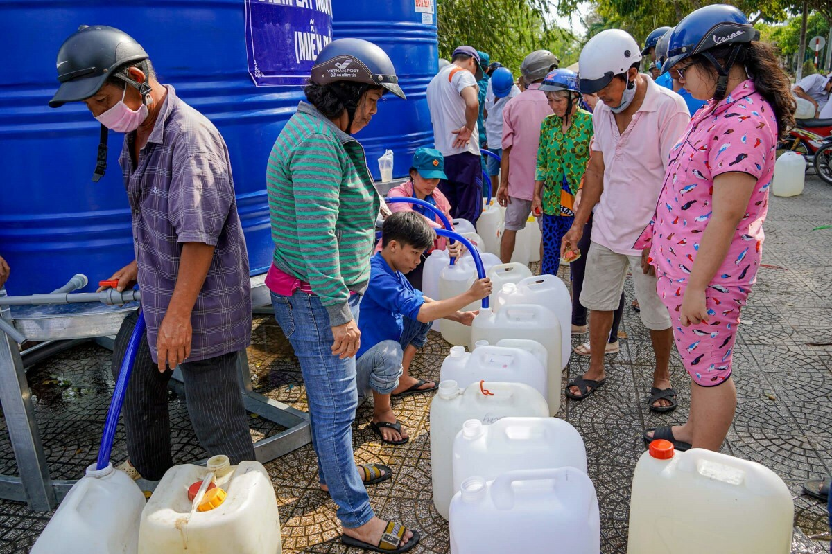 Hundreds of people in Ben Tre collect water from different vehicles.