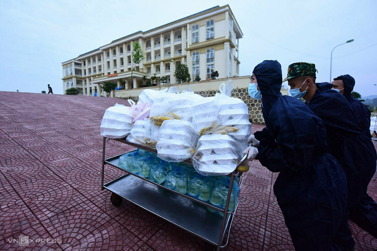 Soldiers deliver meals for people in Son Tay Military School. Photo by VnExpress/Giang Huy.