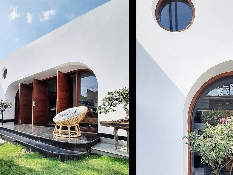 Curves combine with simple shapes and white color of the wall, giving the house a simple and understated look.