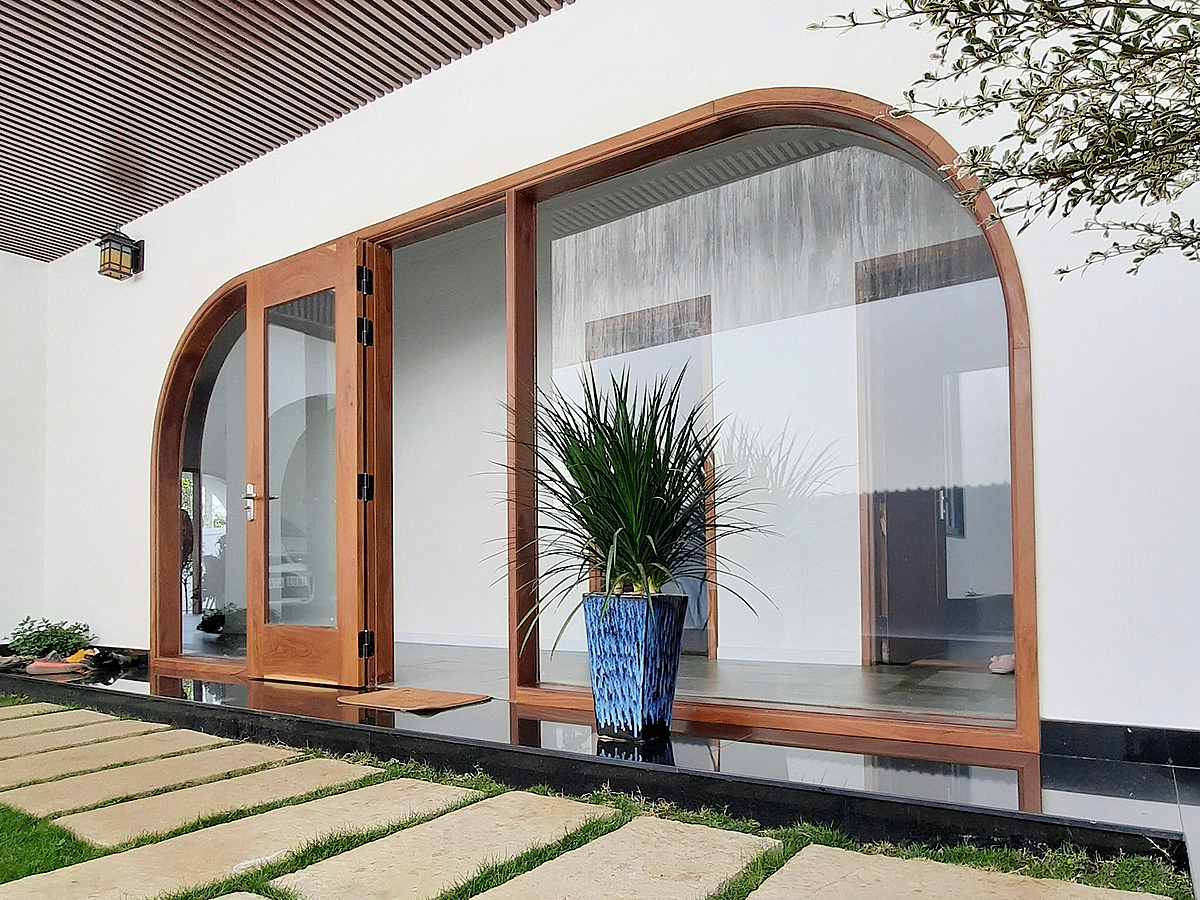 Giant doors with curves give a view to the outer greenery.