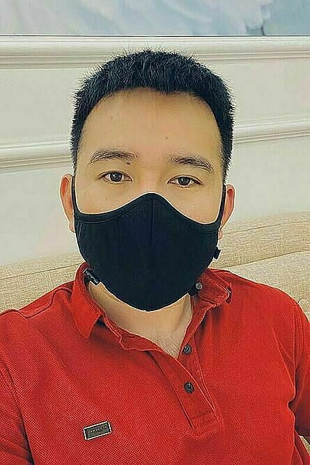 Fashion designer Le Thanh Hoa has his wallet hurt when his clothing stores did not have clients. Instead of doing nothing and for the pandemic to be over, he designed more clothes, sold them of his Facebook page and took more advertisement photos for his new creations. Photo by Facebook/Le Thanh Hoa.