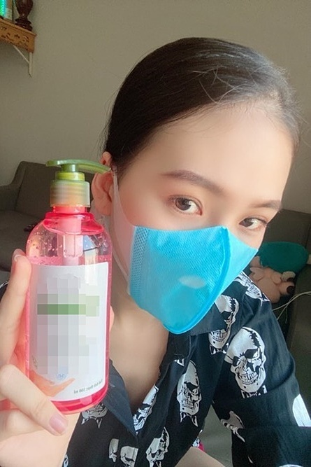 Having more than 20 canceled shows in February and March while her spa has no clients, model Quynh Hoa sells masks and hand sanitizers, hoping to recover after losing around VND500 million.