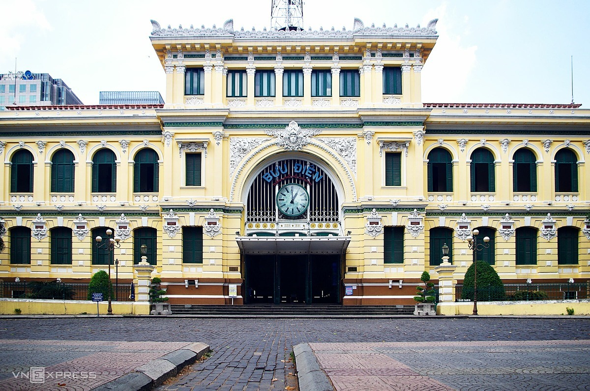 No visitors were seen in front of the Central Post Office, a tourism symbol of Ho Chi Minh City.Located next door to Notre Dame Cathedral, the Central Post Office is a beautifully preserved remnant of French colonial times. It was built between 1886 and 1891 by renowned architect Gustave Eiffel,who also designed the Statue of Liberty and the Eiffel Tower.
