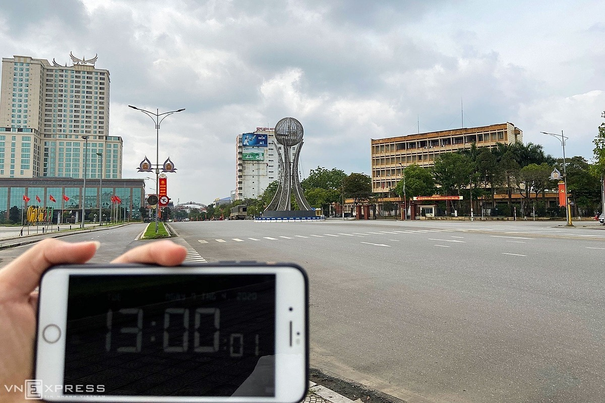 The downtown area of Viet Tri Town, the capital of northern Phu Tho Province at 1 p.m. Surrounded by shopping centers, traditional markets, large hotels and entertainment facilities, the area became deserted and quiet, with people limiting going out for fears of Covid-19 infection. Photo by Lan Huong.