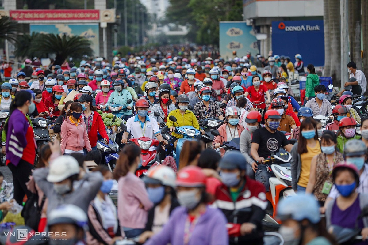 At 4p.m., thousands of workers rush to the main gate of the company to go home. With such huge crowds, theycompletely ignore the two-meter distance between two persons that the 15-day nationwide social distancing campaign ordered by Prime Minister Nguyen Xuan Phucstarting April 1 calls for.