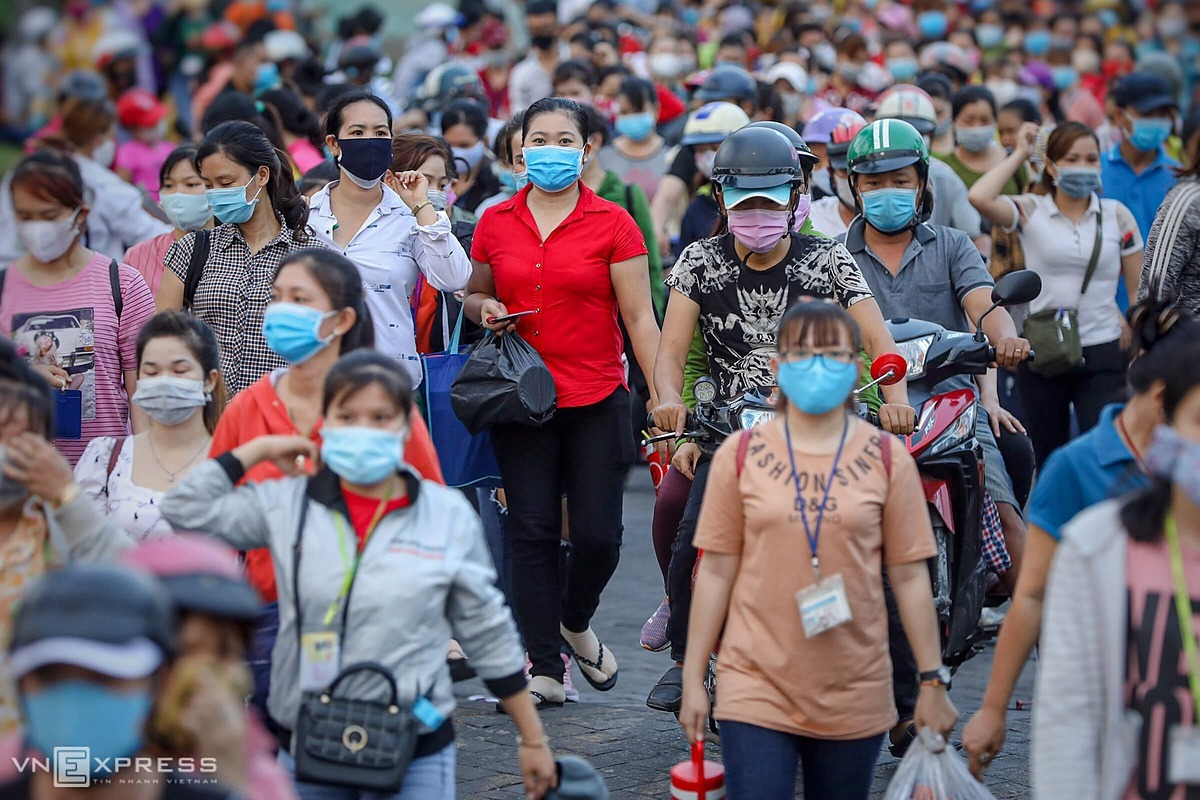 Most workers wear face masks, but keeping a distance of two meters cannot be done in this situation.Authorities in HCMC said a quick survey on anti-pandemic safety measures at this company showed thatthe risk index of Covid-19 infection is 91 percent. The index is assessed based on factors such asthe number of employees working concentratedly, the density of workers in the factory, the proportion of workers wearing masks when working, body temperature checks and night-shift activities.Those businesses having the risk index above 80 percent is forced to suspend operation to ensure safety for workers and limit the risk of Covid-19 infection.