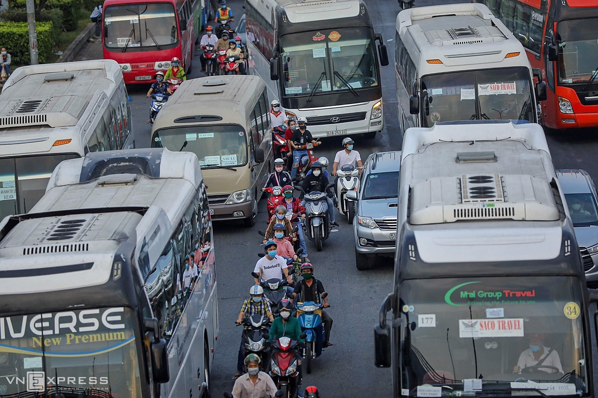 [Caption]aaMotorbikes and buses transporting workers jostle at the gateway to the Mekong Delta.