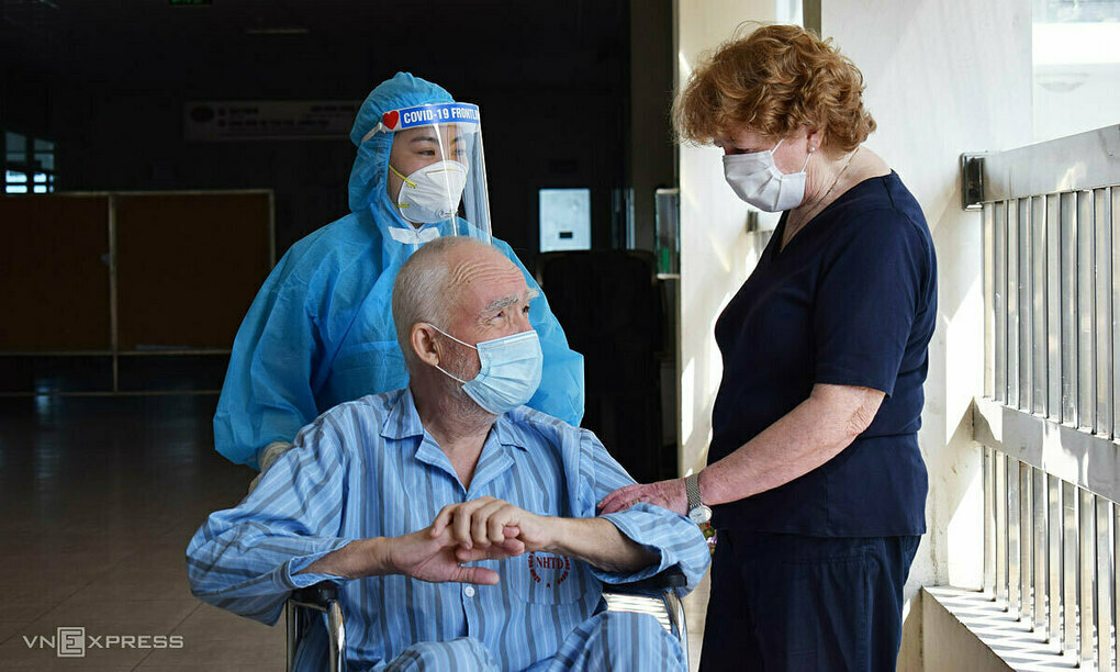 Mary Craddock picks up her husband at the department of intensive care of the National Hospital for Tropical Diseases in Hanoi on April 14, 2020. Photo by VnExpress/Chi Le.