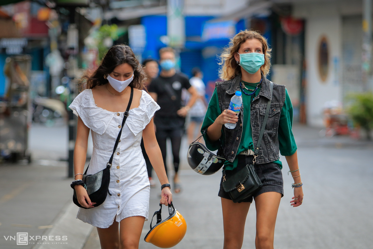 Foreign tourists walk on Bui Vien pedestrain street in downtown HCMC, March 2020. Photo by VnExpress/Nguyet Nhi.
