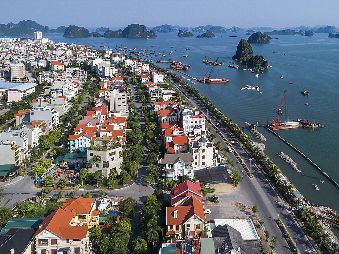 Located in Ha Long Town in northern Quang Ninh Province, the house stands out among its neighbors as homeowners want to create a house that will connect people and nature amid the growing tourism.