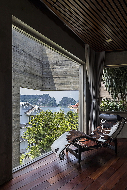 Surrounded by nature, the villa harmonizes with the natural environment and becomes place where residents can look at the bay as well as connect with their neighbors via multiple windows on the outer layer.