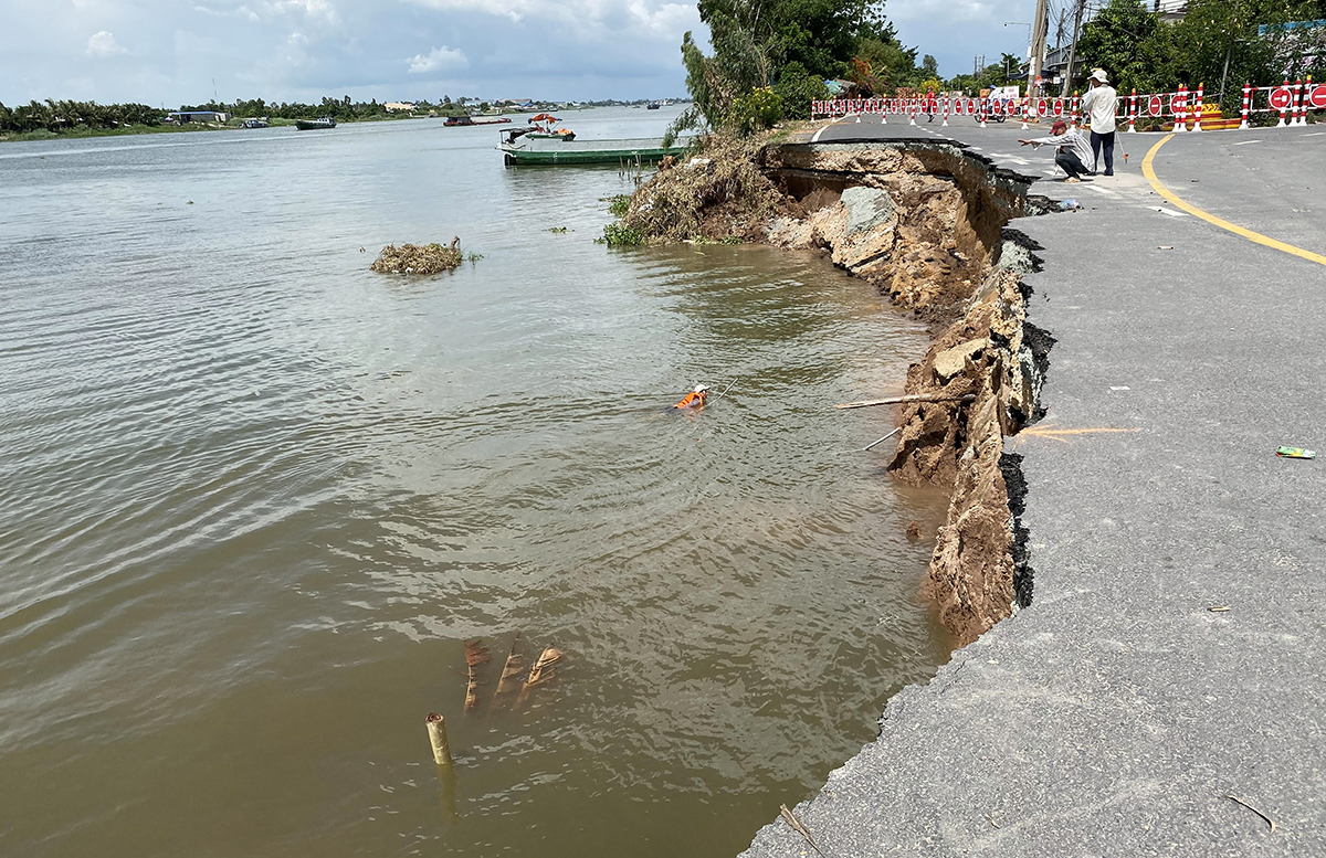 The section of the National Highway 91 that was eroded on May 27, 2020. Photo byVnExpress/Cuu Long.