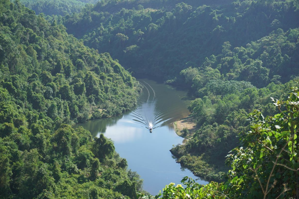 Giang River, which runs through the districts of Con Cuong, Anh Son and Thanh Chuong in Nghe An Province, is 77 km long.