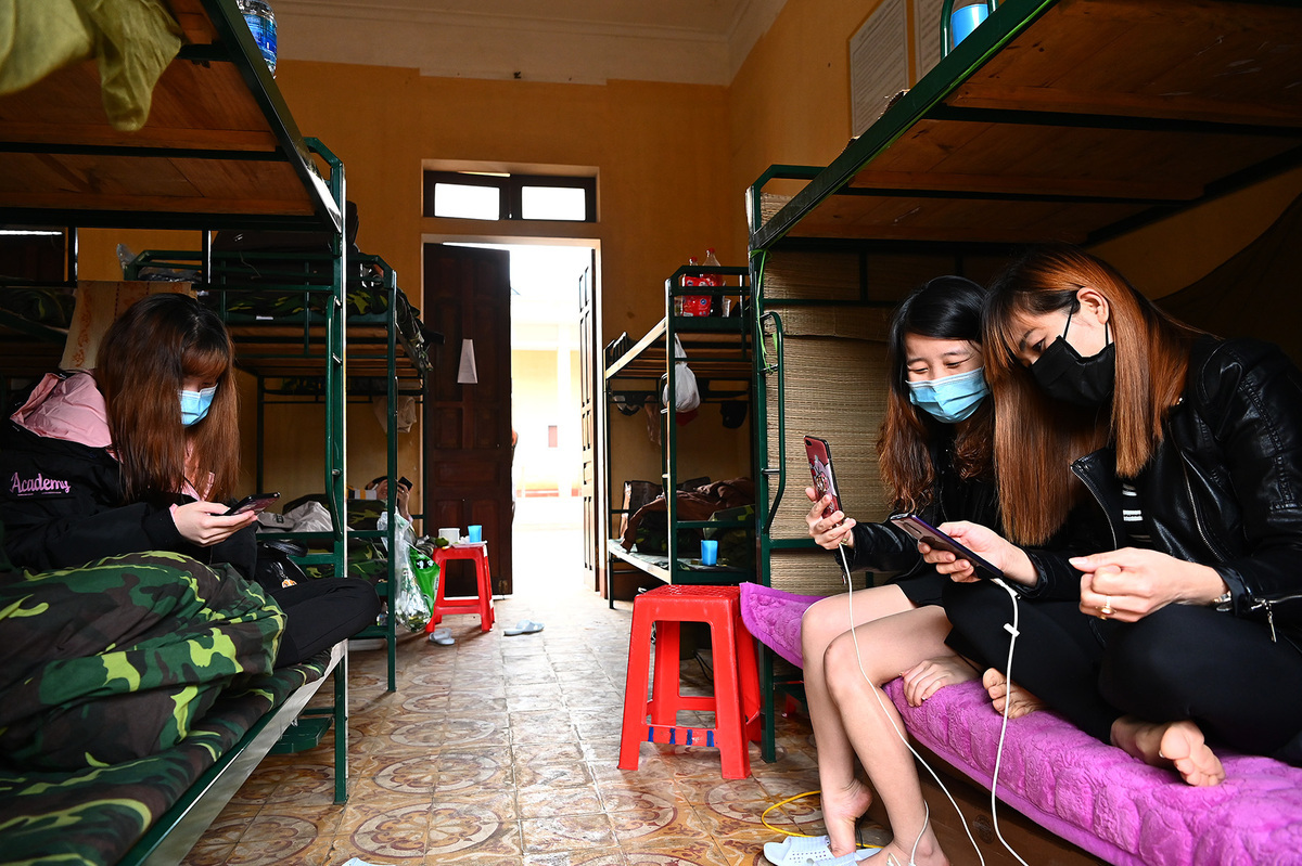 People returning from China are quarantined at a military camp in Lang Son Province, northern Vietnam, February 2020. Photo by VnExpress/Giang Huy.