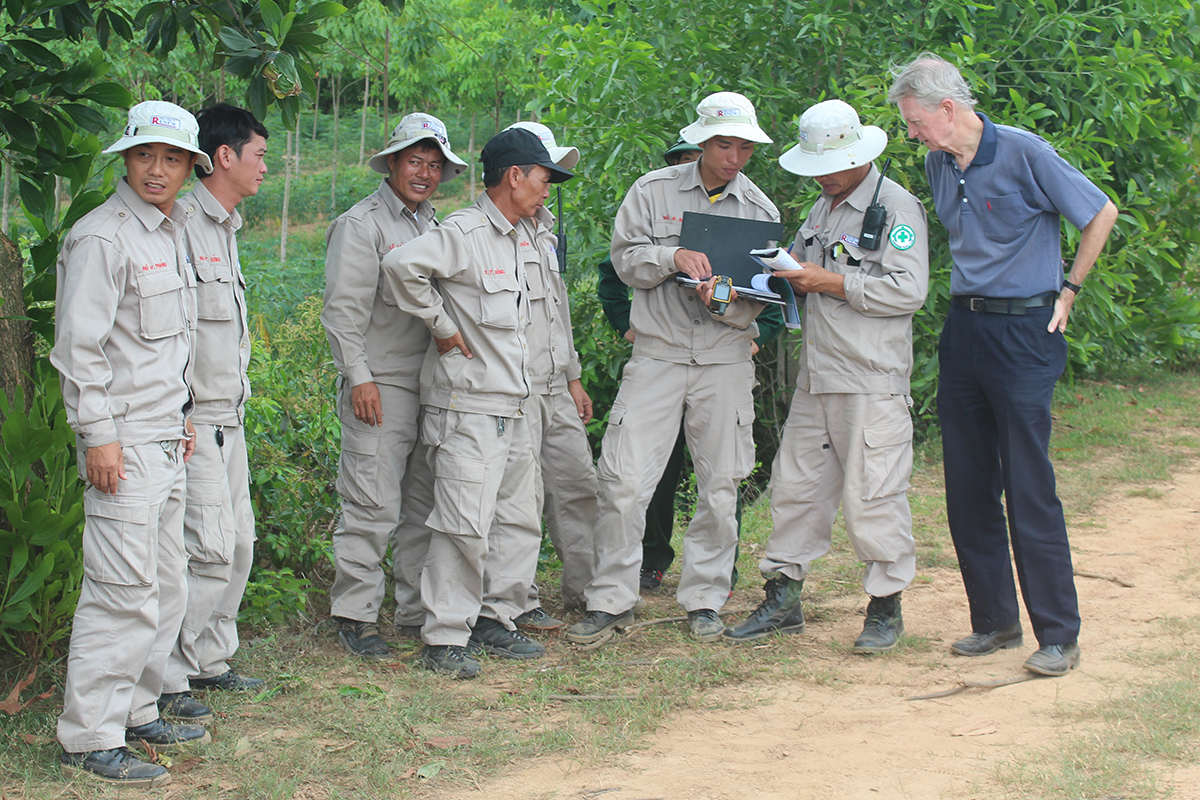 Chuck Searcy (R) participates in a Project RENEW field project. Photo by VnExpress/Ngo Xuan Hien.