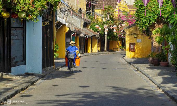 Quang Nam indefinitely suspends non-essential services