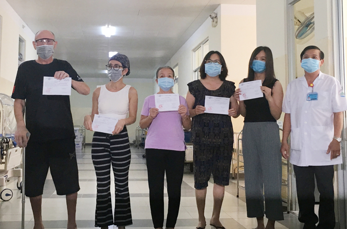 Five Covid-19 patients, including the American man and his wife (L), are discharged from the HCMC Hospital for Tropical Diseases, August 31, 2020. Photo by VnExpress/Anh Thu.