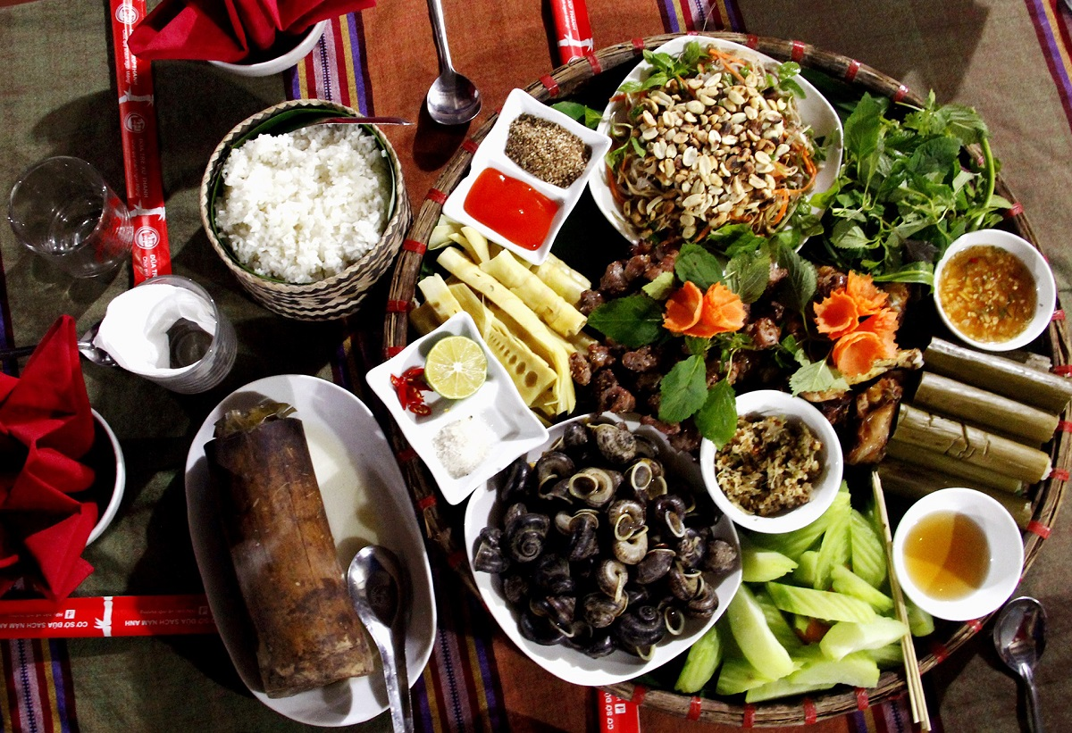 A full meal with meat, mountain snails, fresh vegetables, served with local herbs. Photo: u Luong Retreat.