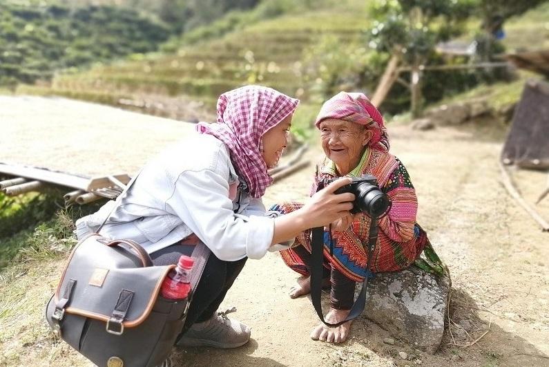 với bà cụ người Mông dưới chân núi Tây Côn Lĩnh ảnh Đinh Xuân Chiến