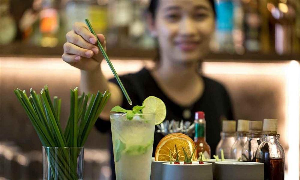 A coffee shop offers grass straws. Photo courtesy of Zero Waste Saigon.