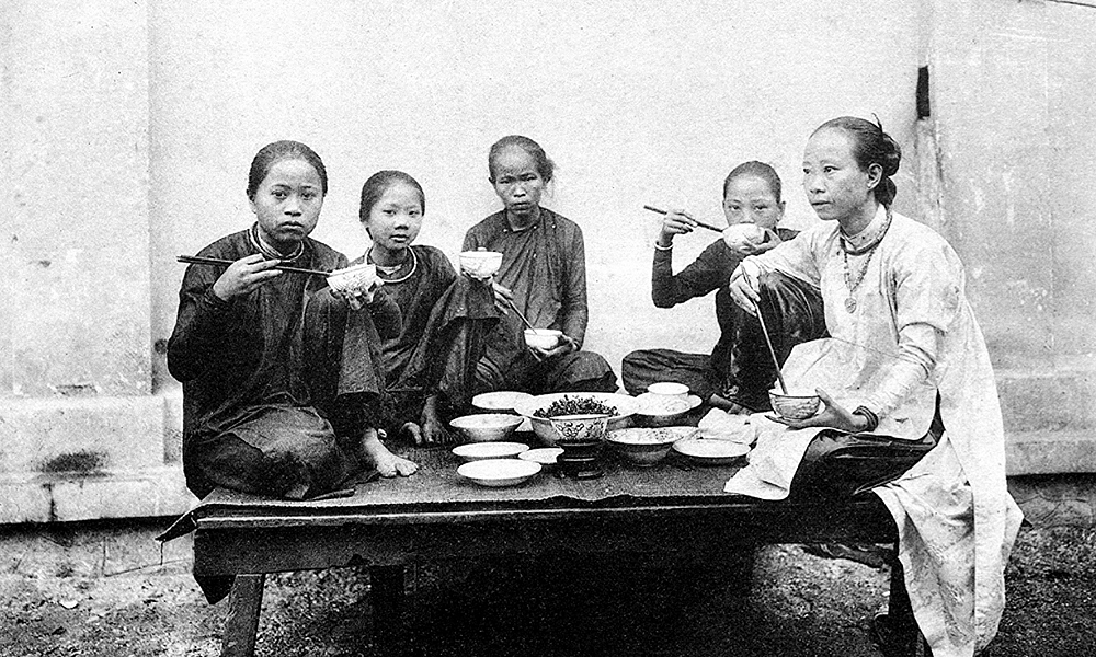 Southern women gather for a daily meal. Urbanites who are rich used to wear ao dai to differentiate themselves with poorer ones. These ao ngu than had been popular until the early 20th century, when another type of ao dai with Westernized featured was introduced.