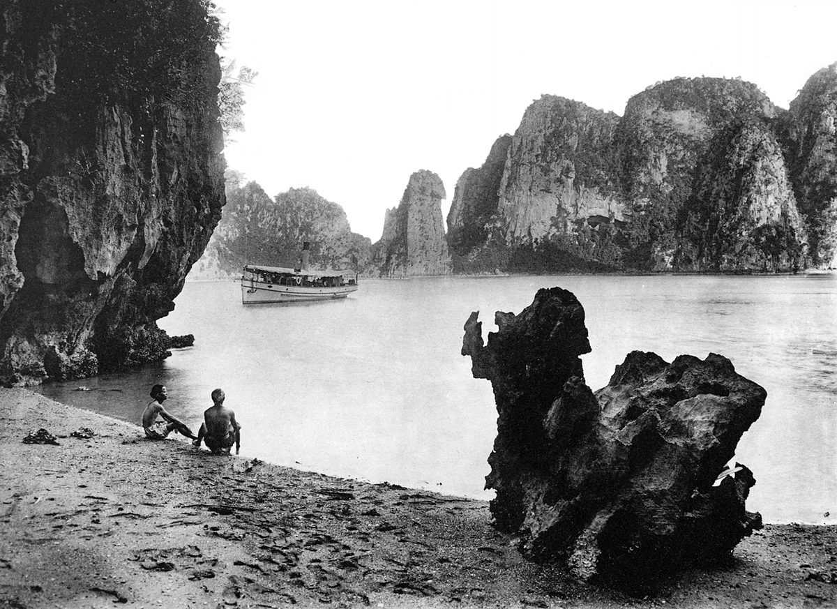 Ha Long Bay still looks unspoiled at the end of the 19th century. More than a century ago, the beauty of Ha Long Bay and the life of the people there was an interesting topic that attracted many foreign photographers. In 1994, Ha Long Bay in the northern province of Quang Ninh was recognized by UNESCO as a world natural heritage, earning it a global fame.