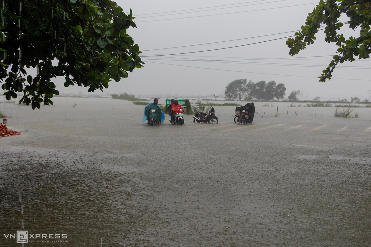 In Thua Thien Hue, heavy rains along with floods discharged from Huong Dien hydropower plant has worsen the flooding. In this photo, motorcyclists are seen on a street in Quang Dien District that is 30-40 cm under water.