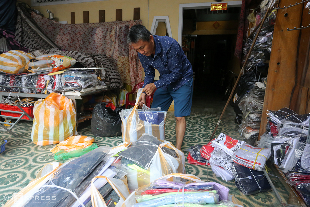 Dinh Thanh Long, owner of a clothes shop in the town of Hoi An in Quang Nam, packed all the clothes he sell and props the shelves up to keep the products from the flood water. This I learned from my own experience from the floods in late 2018. Back then I had many assets damaged.