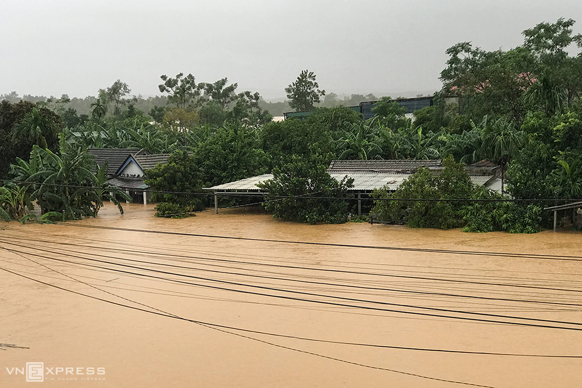 Submerged houses in Quang Tri Province. From Tuesday night to Thursday morning, the rainfall amount was measured at 409 mm and 348 mm in Huong Linh Commune and Lao Bao Town of Quang Tri's Huong Hoa District and in Lao Bao Town. In Cam Lo District, gardens and farms have been two-three meters under water.