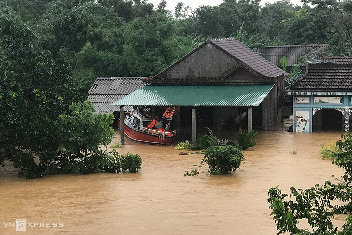 Task forces in Cam Lo District drive motorboats to save people from inundated houses.