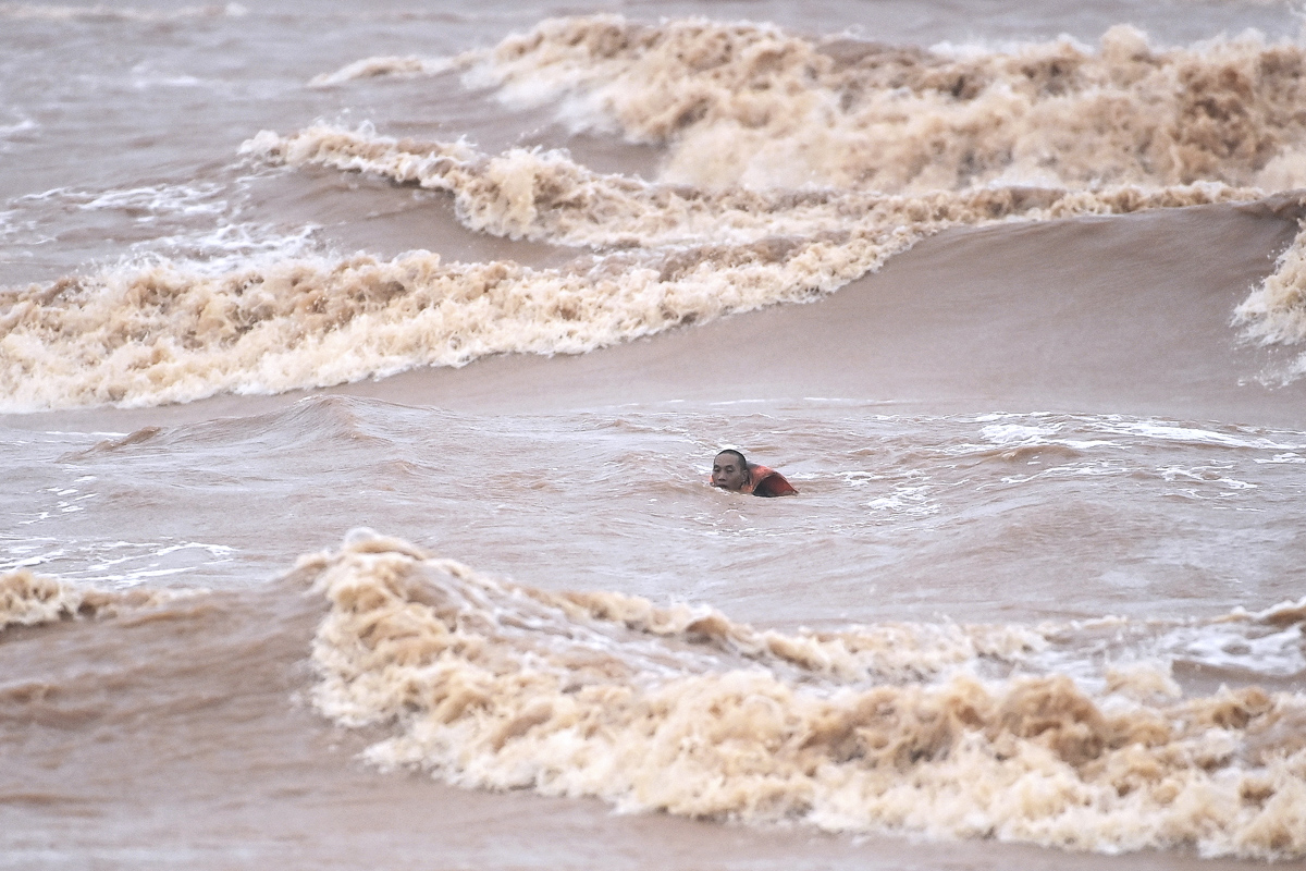 30 minutes after the boat's failure, Tu, the Vietship 01 crew member, almost reaches the shore himself.