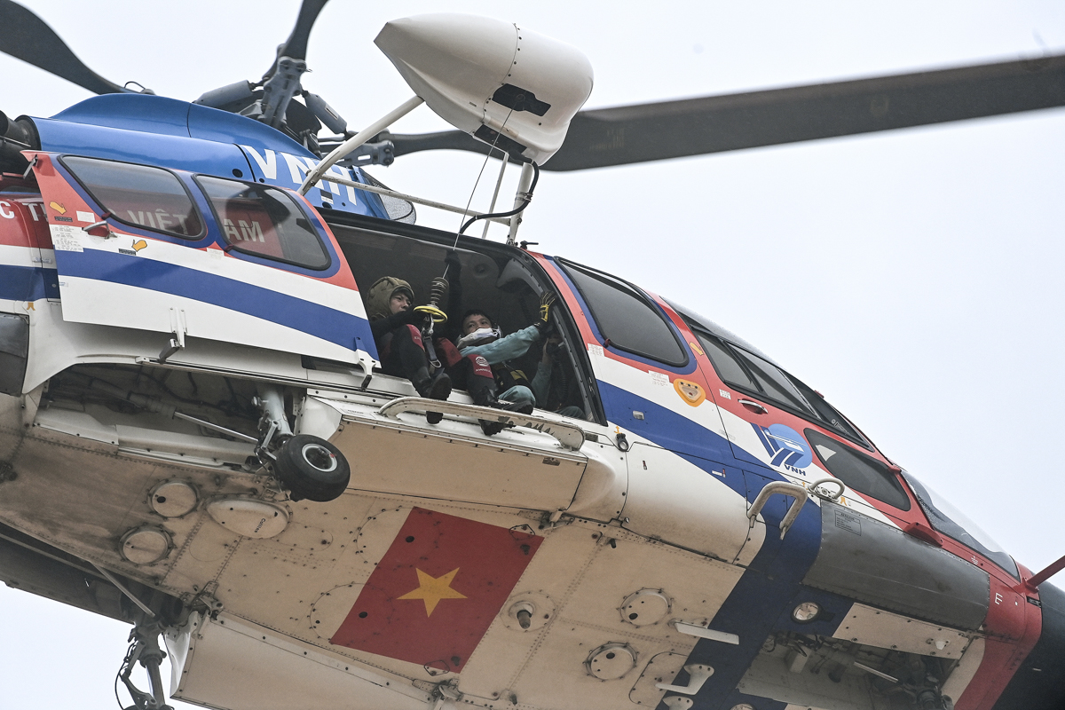 he helicopter turns around immediately to bring the men it rescues to emergency aid.