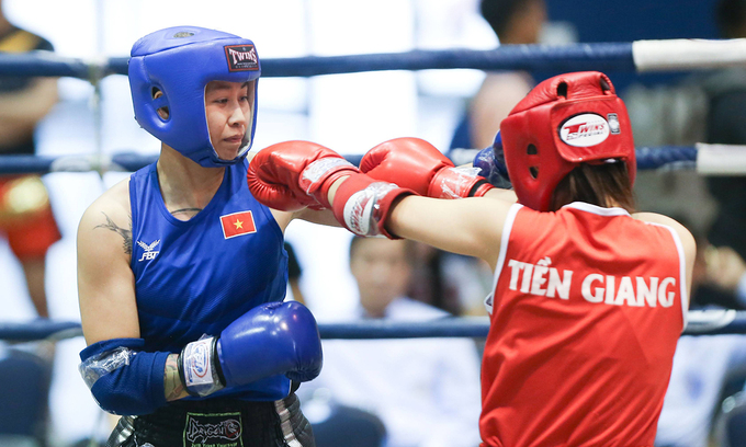 Ly (L) in a National Muay Thai Championship on October 13, 2020, in Vinh Phuc Province. This is her 10-year strike winning the national championship title. Photo by VnExpress/Ngoc Tu.