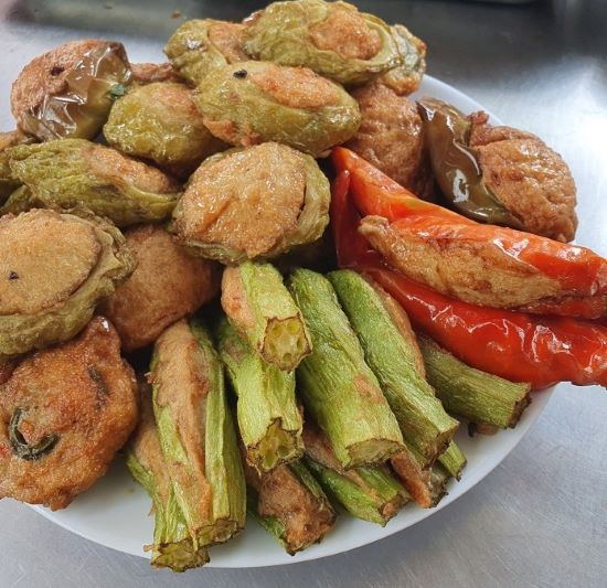The vegetables are split, stuffed with fish cake and deep-fried before being added to the baguette. Photo acquired by VnExpress.