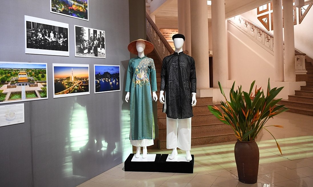 Vietnamese ao dai at the exhibition. Photo courtesy of VOV.