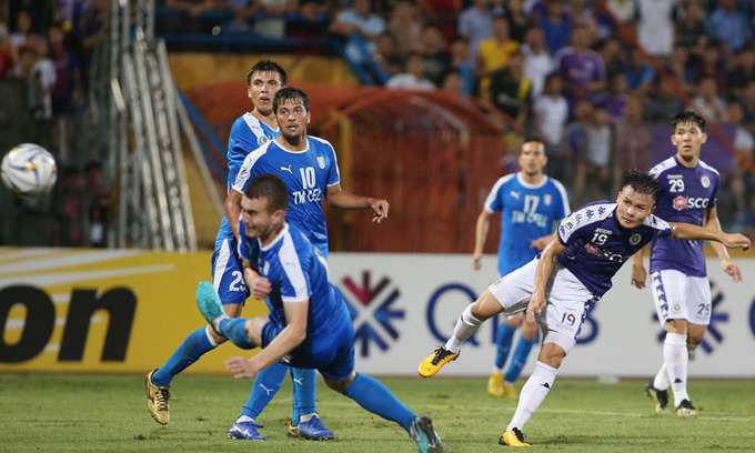 Nguyen Quang Hai (in purple) scores for Hanoi FC in the inter-zone semifinal of AFC Cup against Altyn Asyr on August 20, 2019. Photo by VnExpress/Lam Thoa.