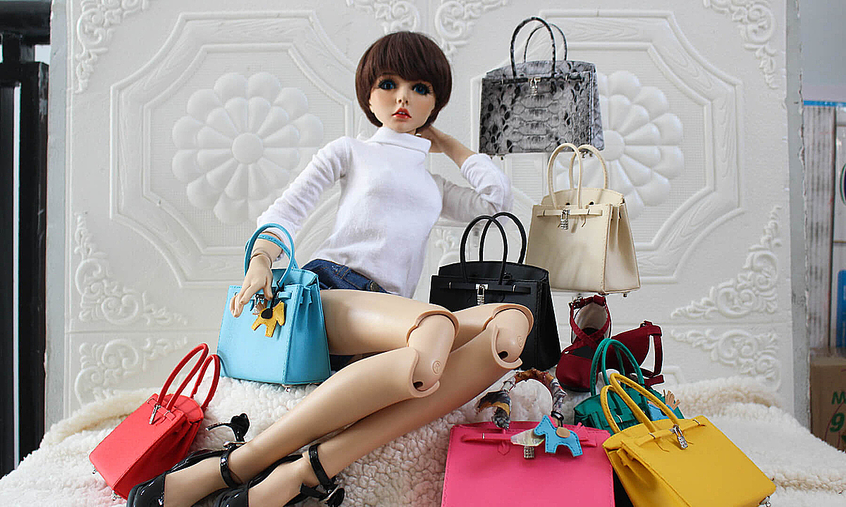 The bags' sizes, from 2.5 - 10 centimeters, are based on the sizes of the dolls, and they are often sold at VND250,000 - 500,000.  Every day, Doan can make six bags with simple style and from prepared materials. But making complex ones is always more time-consuming, which is also a challenge that Doan enjoys, he said.