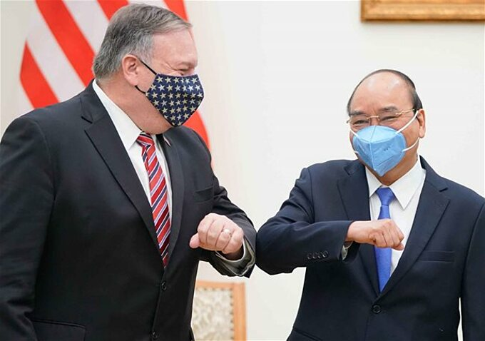 U.S Secretary of State Pompeo (L) with Vietnamese PM Nguyen Xuan Phuc in Hanoi, October 30, 2020. Photo by Vietnam News Agency.