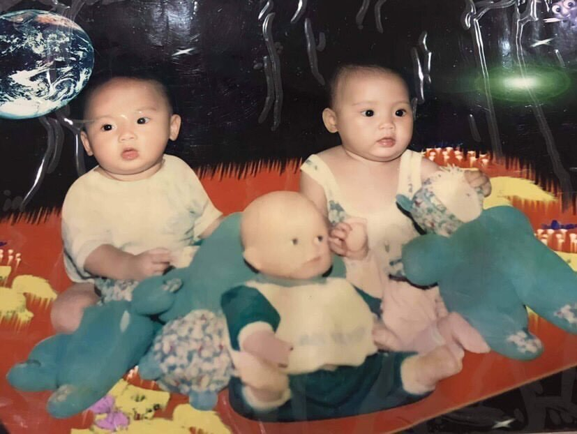 Phuong Thao (L) and Tu Linh in 1996 before Thao was adopted. Photo courtesy of Nguyen Tu Linh.