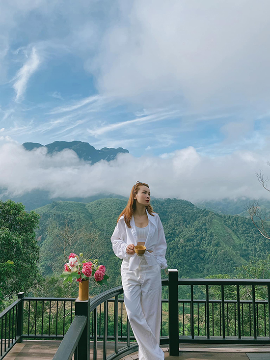 Singer Yen Trang follows the white on white clothing trend with a white crop top, jacket and pants while enjoying the coldness of the northern Sapa town in Lao Cao Province.