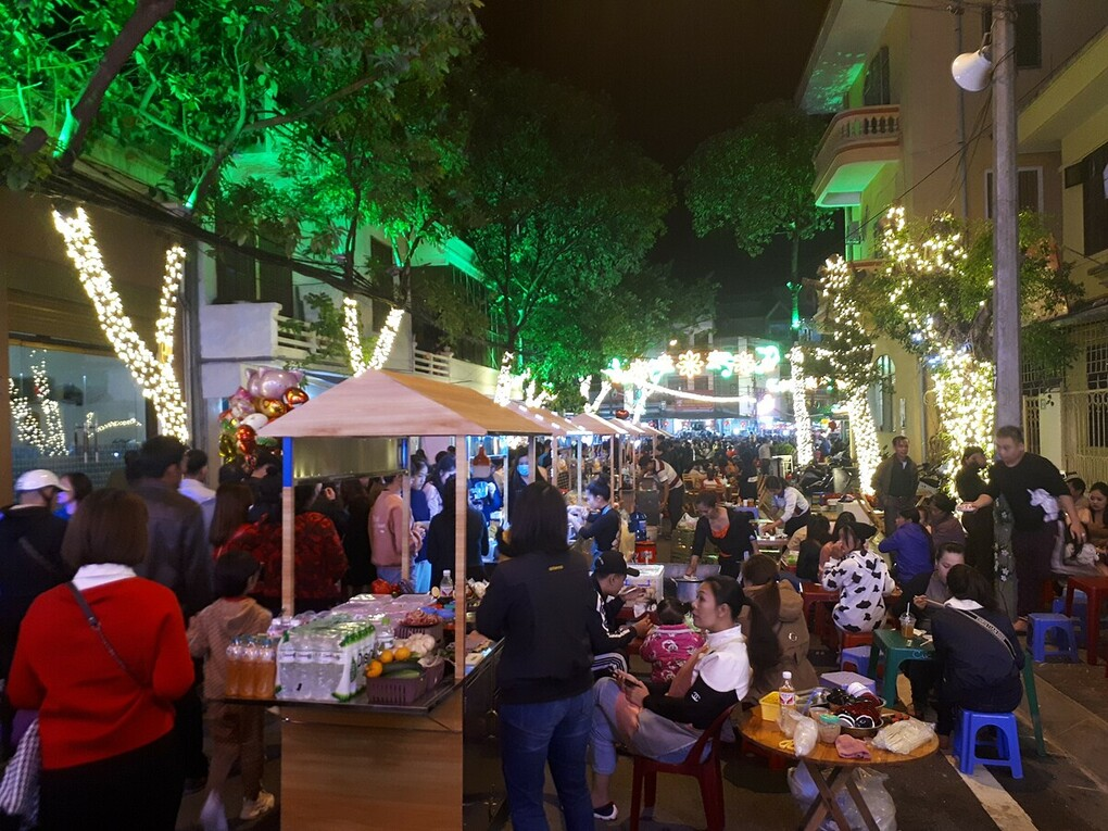 Food booths at Ky Lua pedestrian street. Photo by VnExpress/My Tu.