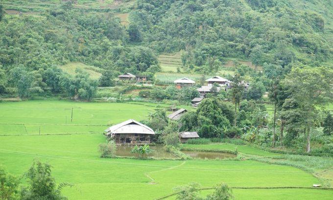 A village of Tay ethnic people in Du Gia. Photo by Xu Kien.