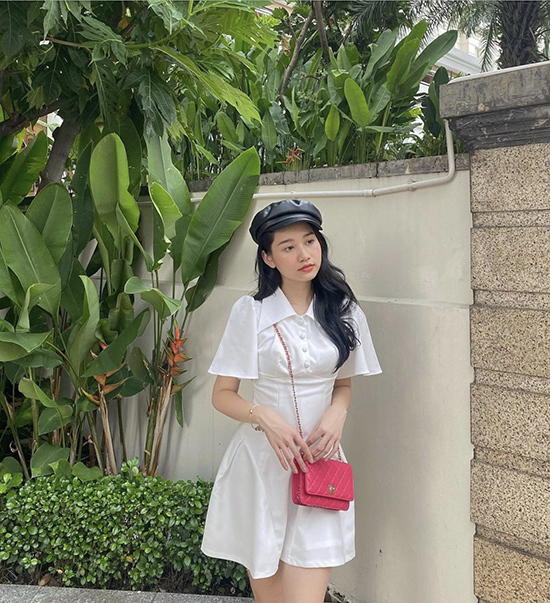 Actress Truc Anh chooses a white dress, a baker boy hat, and a pink bag for her autumn look. Photo courtesy of Truc Anh.