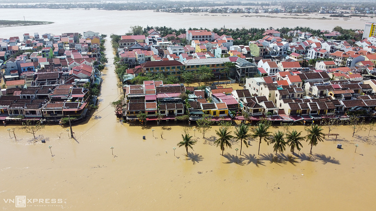 The ancient town Hoi is submerged under water, November 12 2020. Photo by VnExpress/Dac Thanh.