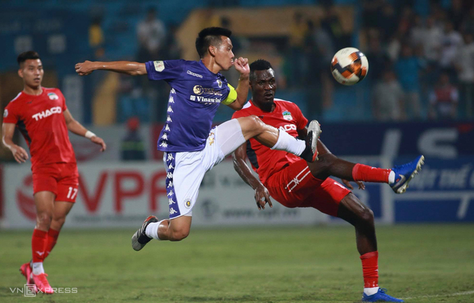 Nguyen Van Quyet scores for Hanoi FC against Hoang Anh Gia Lai during a V. League 1 match on June 6, 2020. Photo by VnExpress/Lam Thoa.