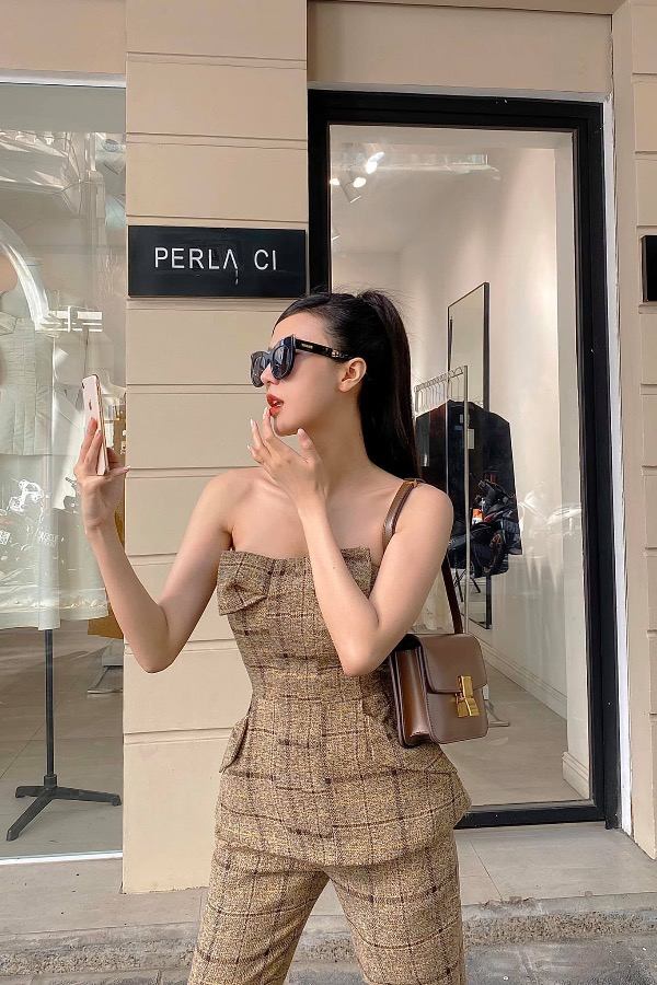 Model Vu Ngoc Chams street style includes an off-the-shoulder beige shirt made of tweed fabric, combing with pants in the same color. Photo courtesy of Vu Ngoc Cham.