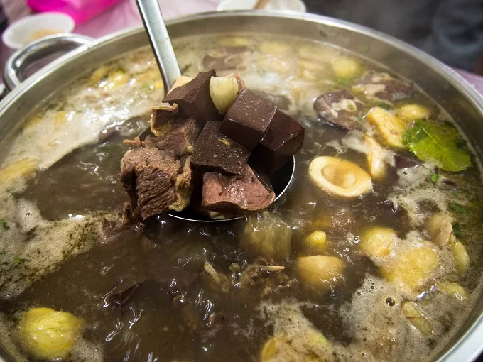 Thang co, a well-known specialty of the H'Mong ethnic minority group in the northern mountainous town of Sa Pa. It is traditionally made from the meat and offal of horses or buffaloes. Photo by VnExpress.
