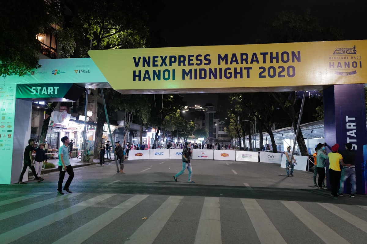 The races welcoming sign was completely set up by Hoan Kiem Lake. Organizers have blocked vehicles entering the pedestrian streets since 7 p.m. Friday.