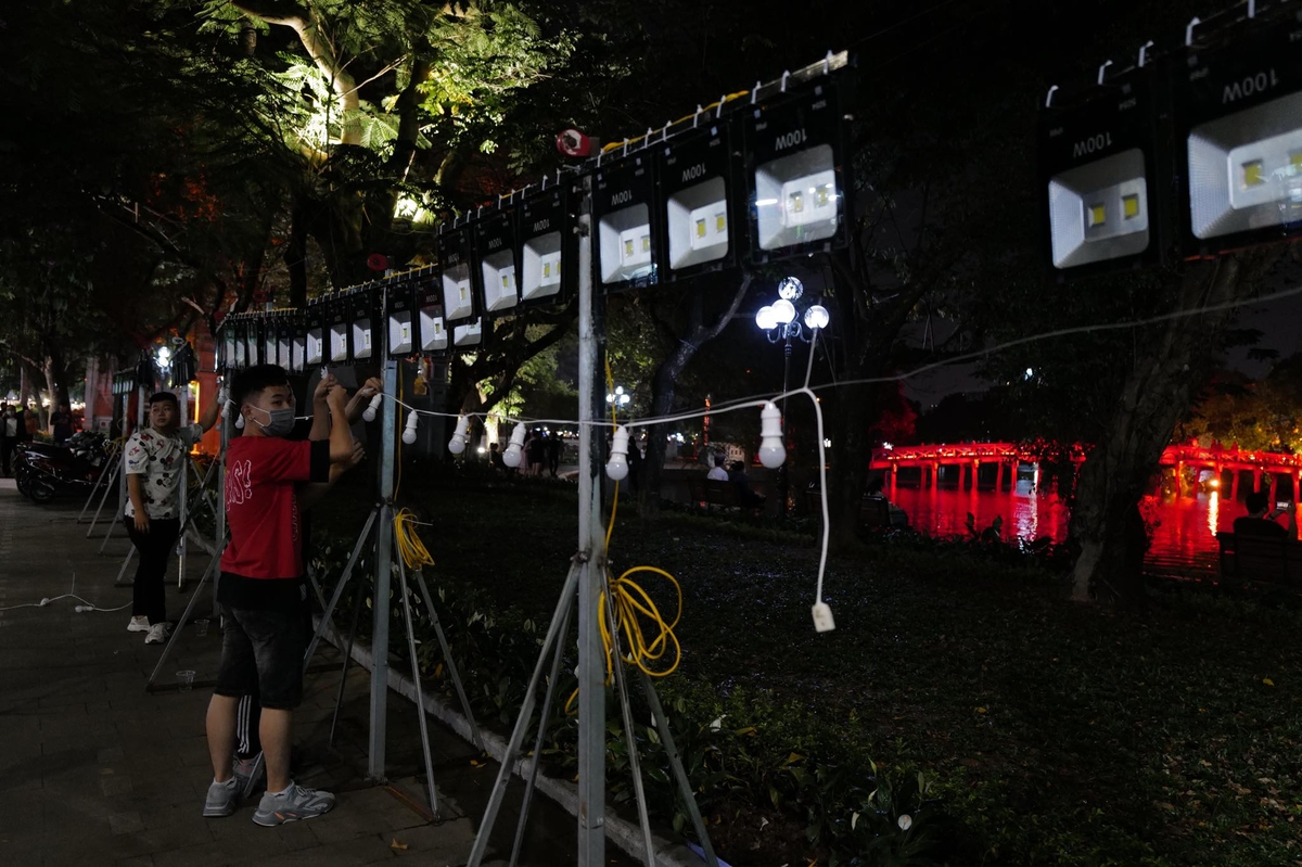 Staff strung up lights at the intersection of Lo Su and Dinh Tien Hoang streets, a 30m section of the half-marathon (21km) and marathon (42 km) courses.