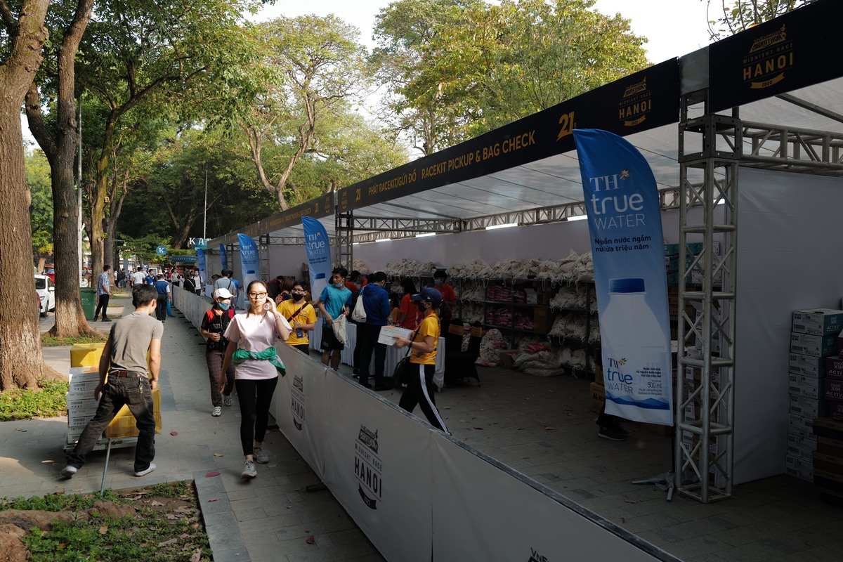 Booths were set up on of the sidewalk on Dinh Tien Hoang Street where runners come to accept their entry tickets (BIBs) and kits.